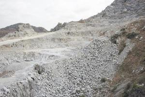 open pit kalksteenwinning, Cambodja. foto