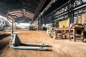handmatige heftruck in industrieel interieur foto