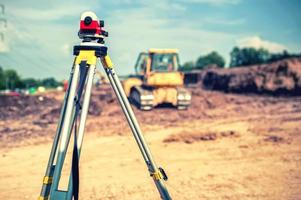 meten van meetapparatuur niveau theodoliet op statief op de bouwplaats foto