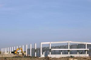 nieuwe fabrieksbouwplaats met graafmachine foto