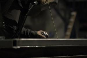fabrieksarbeider bij de close-up van het fabriekslassen foto