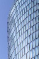 moderne glazen gevel van kantoortoren foto