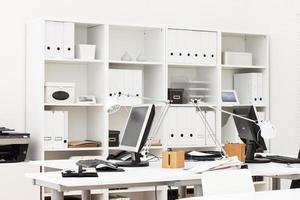 een gewone kantoorwerkplek met desktopcomputers foto