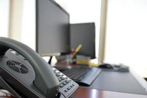 bureau met computer en andere items in de dag foto