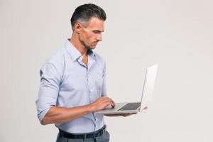 portret van een knappe man met behulp van laptop foto