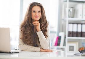 portret van gelukkige zakenvrouw op het werk foto