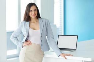 shot van een zakenvrouw op het werk in een kantoor foto