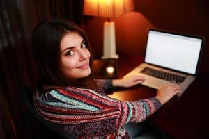 mooie vrouw die laptop met behulp van foto