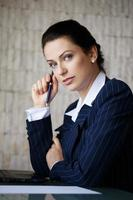 zakenvrouw op zoek met blauwe ogen foto