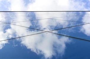 reflecties van wolken en lucht in de gevel van een modern gebouw foto