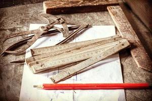 retro stijlfoto van oude timmerwerktuigen. foto