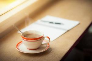 koffiekopje op houten balk in café foto