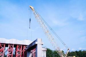 torenkraan die in bouwwerf werkt foto
