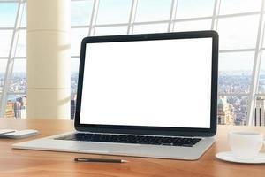 leeg scherm van laptop op de tafel in het kantoor foto