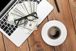 kantoortafel met pc, voorraden en contant geld