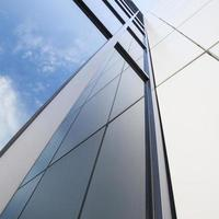 gevel van witte kantoorgebouw met blauwe hemel foto