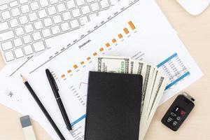 kantoortafel met pc, voorraden en contant geld foto