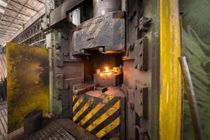 heet ijzer in smelterij foto