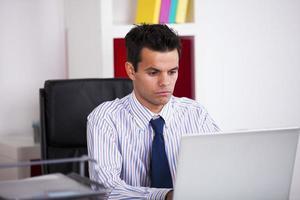 zakenman die op zijn laptop werkt foto
