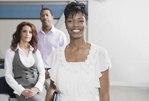 multi-etnisch zakenmensen in kantoor foto