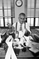 verward retro accountant rekeningen controleren foto
