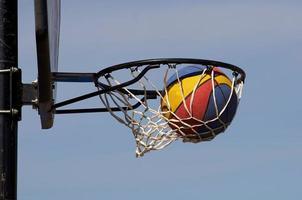 foto van een basketbalveld doel
