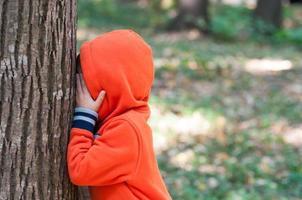 jongen speelt foto