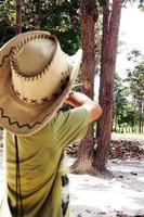 jongen schiet darts blazen foto