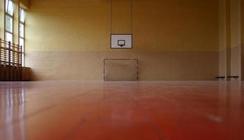 gym vloerweergave van basketbalring en hockeynet foto