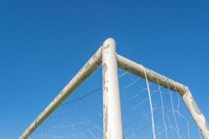 voetbal doel in veld met blauwe lucht witte wolk foto