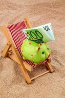 strandstoel met eurobankbiljet foto
