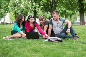 vier universiteitsstudenten vergelijken hun aantekeningen foto