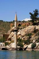 moskee onder het stuwmeer in halfeti foto
