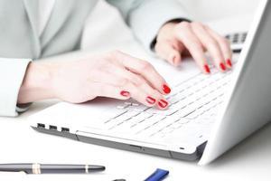 zakenvrouw die op laptop werkt.