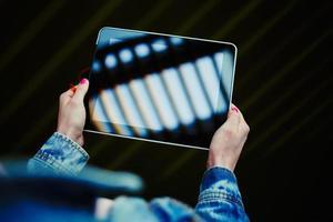 universiteitsstudent meisje surfen op internet via touchpad foto