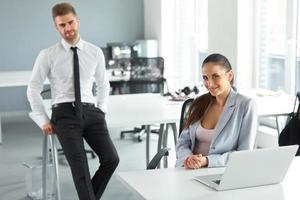 portret van succesvolle zakenmensen op hun werkplek. busin foto