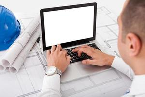 architect met behulp van laptop op kantoor foto