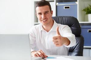 zakenman die op laptop werkt foto
