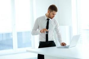 zakenman werkt op zijn computer op kantoor foto