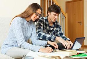 paar serieuze student sessie voorbereiden met laptop foto