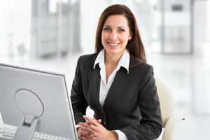 zakenvrouw werken met laptop foto