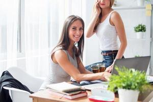 jonge zakenvrouw zit aan bureau front laptopcomputer met haar foto