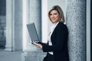 jonge zakenvrouw die op laptop werkt foto