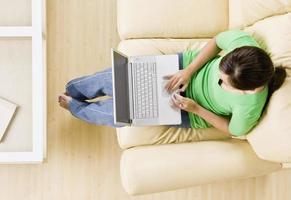 jonge vrouw die laptop bekijkt foto