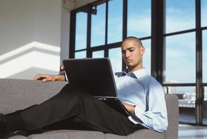 zakenman die laptop op laag met behulp van foto