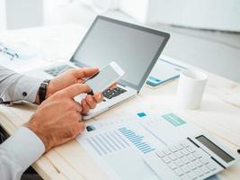 zakenman met behulp van een financiële app foto