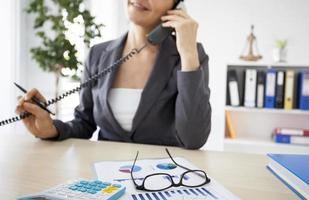 werkende vrouw in het kantoor foto