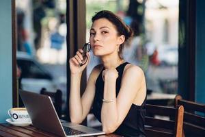 aantrekkelijke zakenvrouw werken op zijn laptop foto