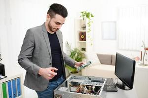 jonge man computer huis reparatie tot vaststelling van computer