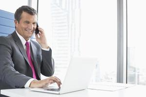 lachende volwassen zakenman praten op mobiele telefoon foto